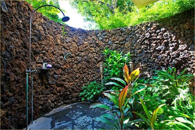 design-douche-jardin-idées-inspirantes-mur-pierre-naturelle